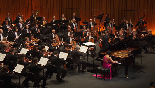 Andrés Orozco-Estrada conducts Rachmaninov and Dvořák – With Yuja Wang
