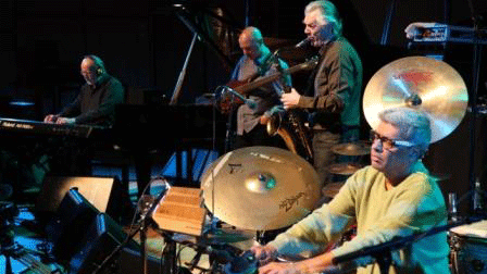 Jan Garbarek (saxophone), Rainer Brüninghaus (piano), Trilok Gurtu (batterie) et Yuri Daniel (guitare électrique) dans un concert de jazz