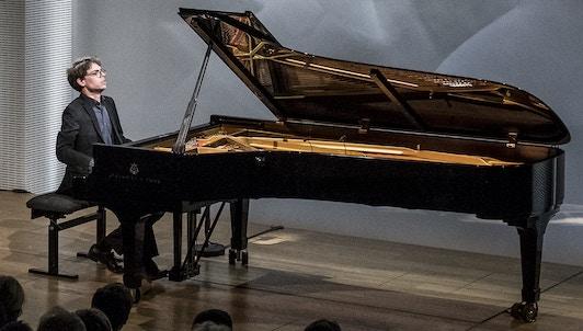 Lucas Debargue interprète Scarlatti, Ravel et Liszt